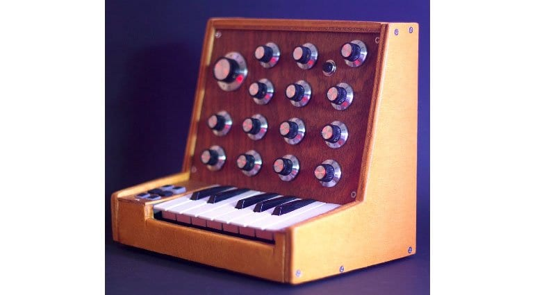 PEEPS: Super cool vintage looking handmade synthesizer