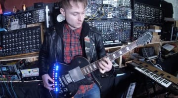 LOOK MUM NO COMPUTER's Strange modded Gibson Les Paul Synthesizer -