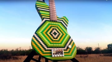 Bursl Art Lego bass made of 2000 bricks